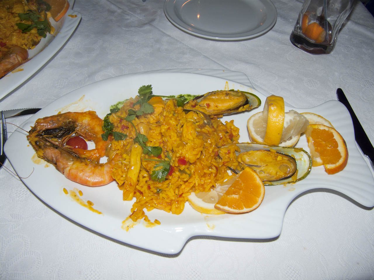 Paella na talíři v restauraci Colon Beach